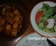 Kartoffelwürfel und Salatteller